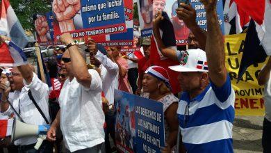 Photo of Colectivo exige frente al Palacio la salida de los haitianos ilegales del país