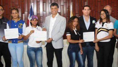 Photo of Alcalde de Santo Domingo Oeste entregó certificados a 1,500 jóvenes