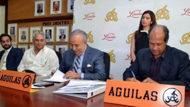 Photo of Águilas Cibaeñas y Grupo Linda firman acuerdo de comercialización