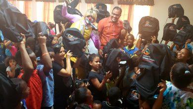 Photo of Salvador Holguín sella de útiles escolares la frontera con Dajabón y garantiza que miles de niños vayan a la escuela