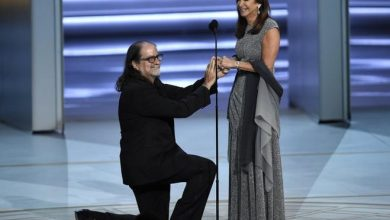 Photo of Director de los Oscar pide matrimonio en los Emmy.