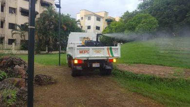 Photo of Obras Públicas fumiga Parque Las Praderas y su entorno afectado por plaga de mosquitos, a solicitud de moradores