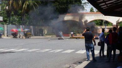 Photo of Pesisten las protestas en los alrededores de la UASD
