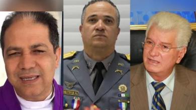 """Photo of """"Los dimes y diretes"""" de Wilton Guerrero, el Director de la Policía y el Capellán."""