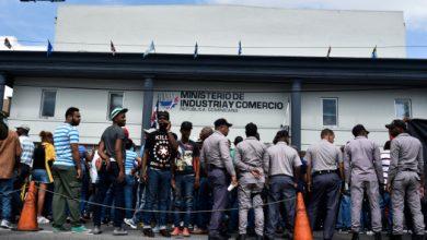 Photo of Choferes protestan frente a Industria y Comercio por altos precios de los combustibles.