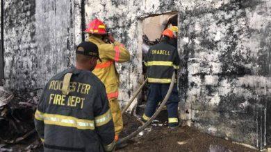 Photo of Tras más de 24 horas, bomberos logran sofocar incendio en depósito de ron de Brugal.
