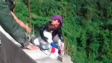 Photo of Vídeo: Mujer se lanza de puente con su hijo de 10 años en Colombia