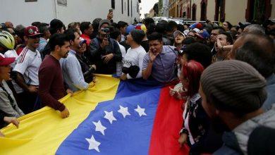 Photo of Venezolanos se concentran en varias ciudades para esperar regreso de Juan Guaidó.
