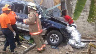 Photo of Tres muertos tras estrellarse yipeta contra vivienda en El Seibo