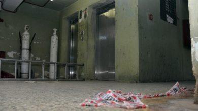 Photo of Muere decapitada al enredarse sus auriculares en un ascensor en la India.