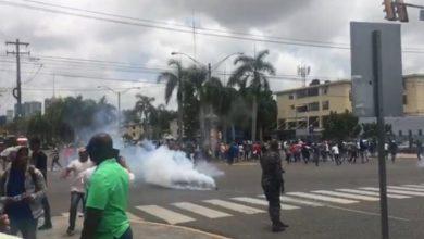 Photo of Policía lanza bombas lacrimógenas a trabajadores de Punta Catalina, tras bloquear el tránsito en la Jiménez Moya.