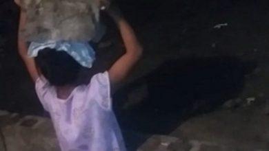 Photo of Hombre castiga a su hija poniéndola a sostener un block sobre la cabeza.