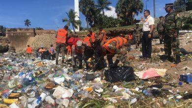 Photo of Autoridades retiran desechos de playa en Malecón de Santo Domingo.