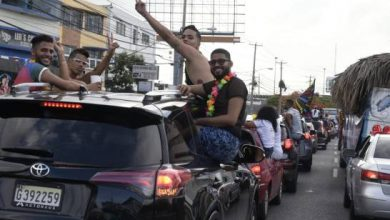 Photo of Dos hombres caen de un camión durante desfile del orgullo LGTBI.