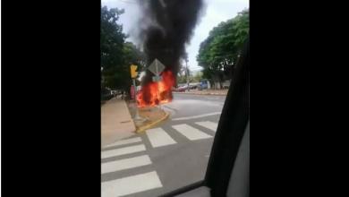 Photo of Se incendia vehículo en alrededores de Plaza de la Cultura.