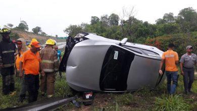 Photo of Jóvenes se salvan de milagro tras perder control del vehículo en autovía El Coral.