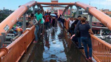 """Photo of Cruzar el peatonal sin mojarse, el nuevo """"challenge"""" por necesidad."""