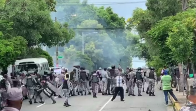 Photo of Se registran enfrentamientos entre manifestantes de la UASD y policías frente al Palacio.