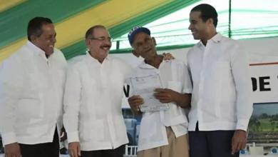 Photo of Presidente Medina entrega 870 certificados de títulos en Monte Plata.