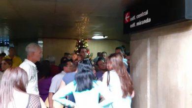 Photo of Largas filas, pagar más de 250 dólares y desinformación: el panorama de venezolanos que piden visa a RD.