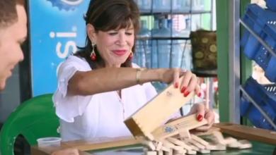 Photo of Embajadora de EEUU compra charamicos, bebe cerveza y juega dominó en un colmado.
