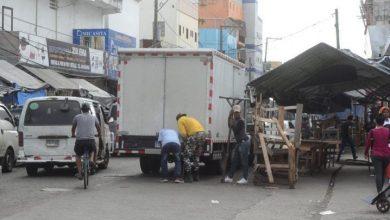 Photo of Ocupación aceras y calles, refleja falta control ciudad.