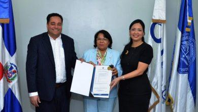 Photo of ONAPI entrega certificado de registro de la primera patente de la UASD.