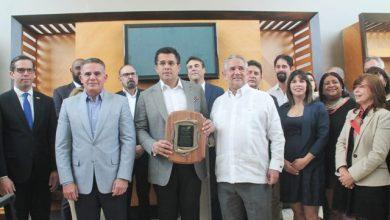 Photo of Alcalde Collado recibe reconocimiento de la Asociación de Hoteles de Santo Domingo.