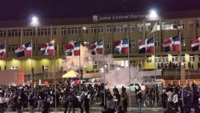 Photo of Manifestantes se retiran de la JCE, pero advierten que volverán con más fuerza.