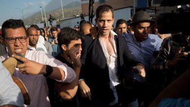 Photo of Juan Guaidó es recibido con una paliza de oficialistas al aterrizar en Caracas.