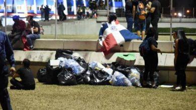 Photo of Muestra de civismo: antes de marcharse, manifestantes recogieron la basura en la Plaza de la Bandera.