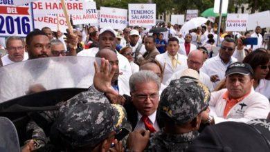 Photo of A trompadas y empujones terminó la marcha de los médicos y las enfermeras.