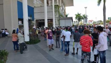 Photo of Las filas no se detienen y salen más vehículos.