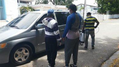 Photo of En Las Salinas de Baní los comunitarios controlan entrada de visitantes para evitar el coronavirus.