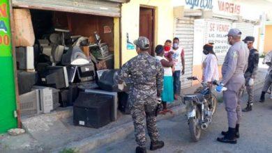 Photo of Comerciantes trataron de romper aislamiento social, les cierran negocios y los apresan.