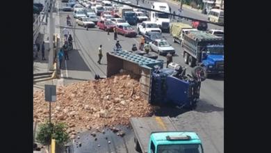 Photo of Se vuelca camión cargado de caliche tras impactar una camioneta en el kilómetro 9 de la autopista Duarte.