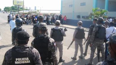 Photo of Alcaldesa Carolina Mejía dialoga con los vendedores de las pulgas.