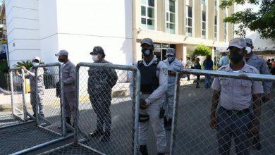 Photo of Agentes policiales custodian Fiscalía del Distrito ante llegada de la familia Rosario.