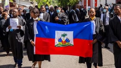 Photo of Cientos de personas protestan en Haití por asesinato de abogado en Puerto Príncipe.