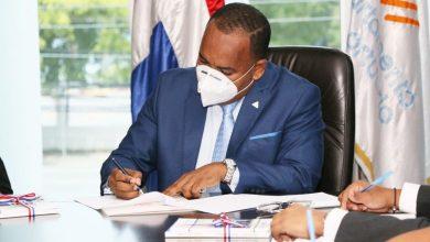 Photo of Director del Departamento Aeroportuario firma documento con el que ratifica compromiso con ética y transparencia.